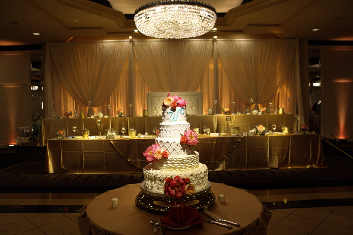 Elegant_Event_Lighting_Chicago_Carlisle_Wedding_Amber_Uplighting_Ivory_Backdrop_Loveseat_Cake_Light_Elegant