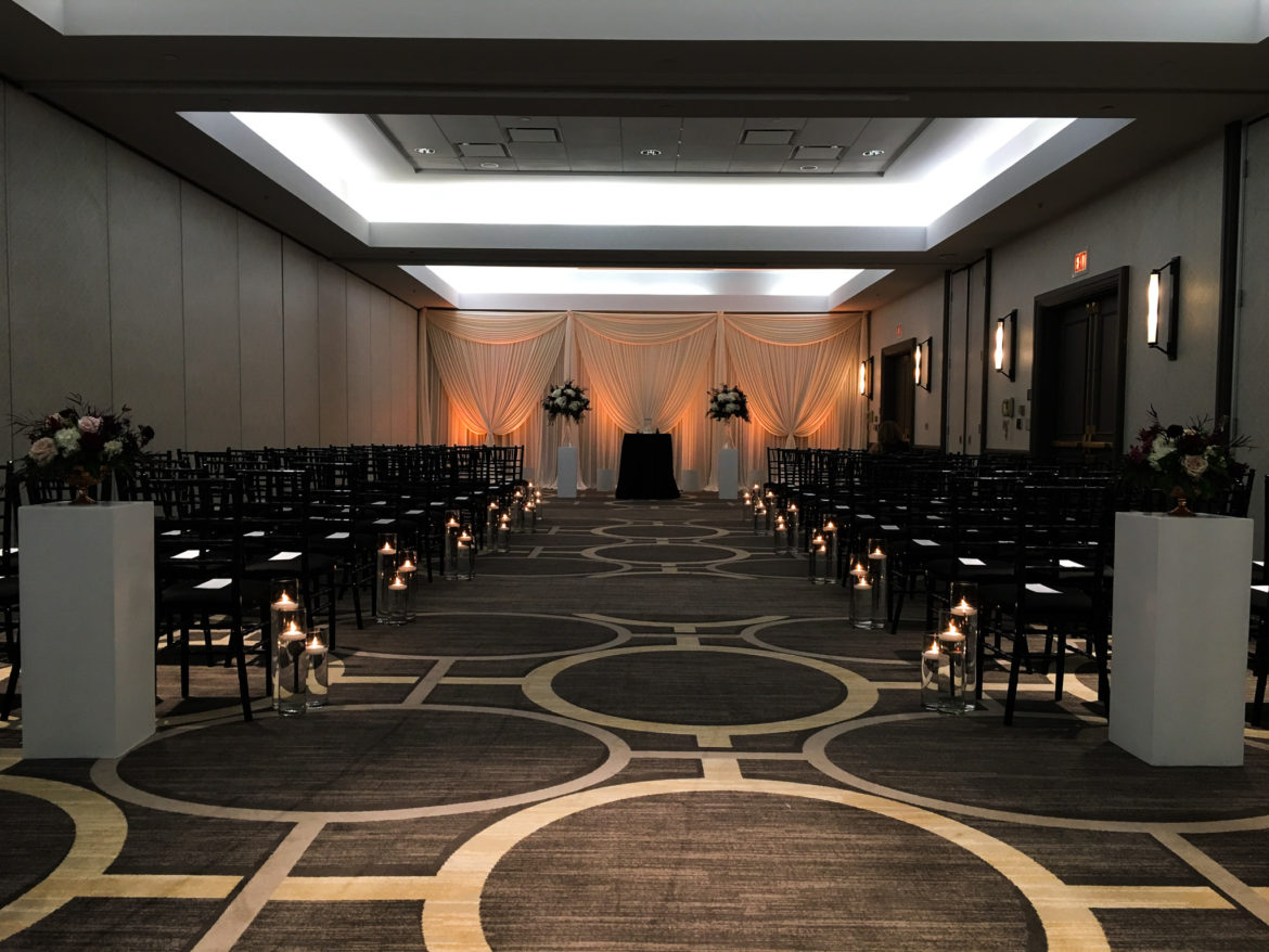 Elegant_Event_Lighting_Chicago_Hilton_Oak_Brook_Wedding_Ceremony_Amber_LED_Uplighting_Ivory_Backdrop