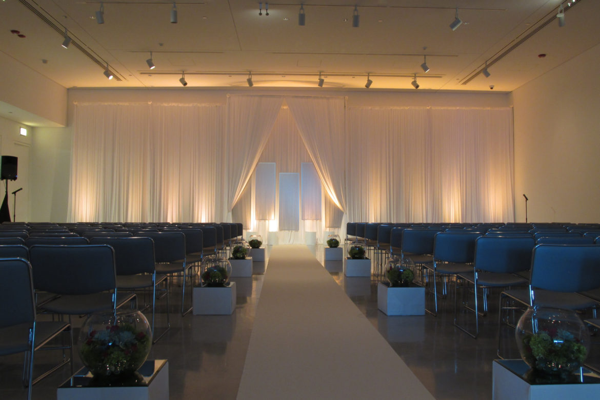 Elegant_Event_Lighting_Chicago_Venue_Six10_Wedding_Amber_Uplighting_Ivory_Backdrop_Aisle_Runner