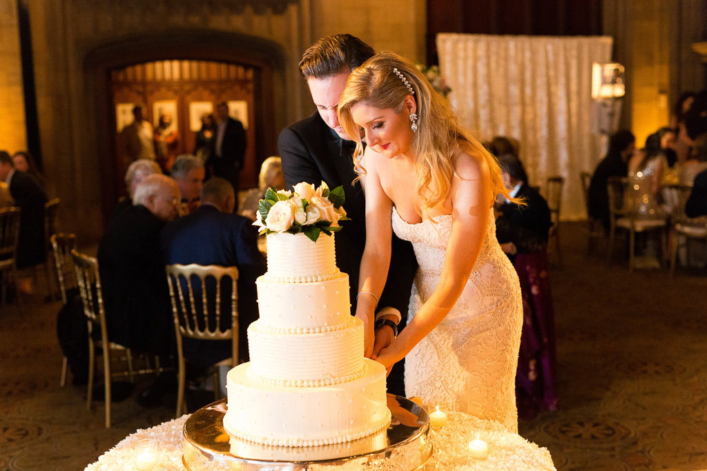 Elegant_Event_Lighting_Univeristy_Club_Chicago_Wedding_Cake_Cutting_Flower_Lighting
